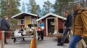 Ett gäng studenter som övernattade och upplevde vildmarksliv med hög mysfaktor det var svensk och engelsk talande . Välkommen tillbaka. Styrelsen
