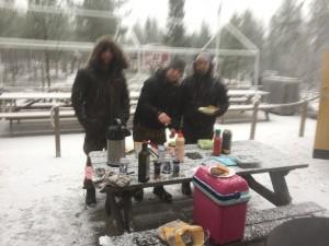 På morgonen var det tid för lunch som bestod av   hamburgare med tillbehör, kaffe och Nyåkers kubbar .Alla blev mätta. Äventyret gav mer smak för att göra om resan